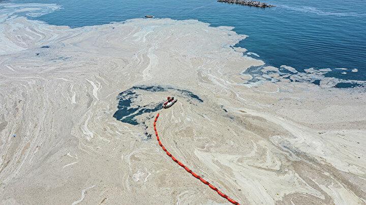 Müsilaj temizliğine başlandı: Denize bariyer çekildi