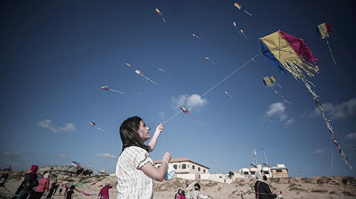 Gazzeli çocuklar uçurtmalarını özgürlük için gökyüzüyle buluşturdu