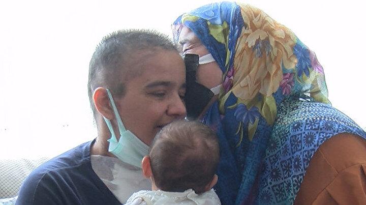 Doktorlar Kaybedebiliriz demişti: Kovide açtığı savaşı kazanan anne ile ailesinin 2 buçuk ay sonra mucize buluşması
