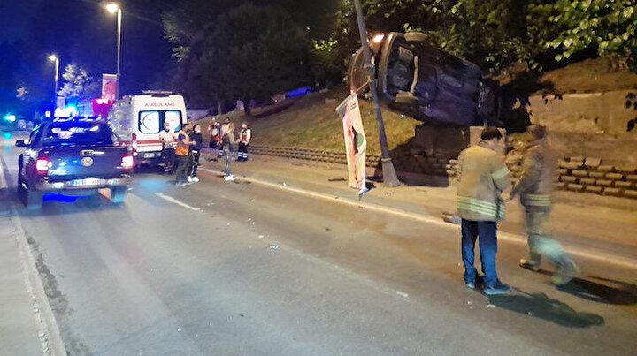Eyüpsultanda ilginç kaza: Araç aydınlatma direği ile beton bariyer arasında asılı kaldı