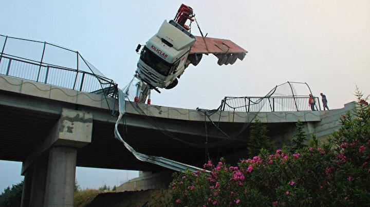 Hızını alamayınca facianın eşiğinden döndü: Köprüde asılı kaldı