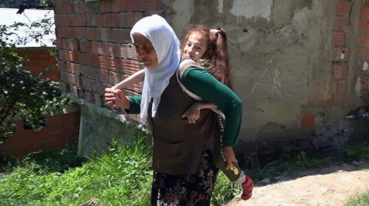 Engelli kızını yıllardır sırtında taşıyor: Daha rahat gezdirmek için evinin önüne yol istiyor