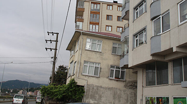 Rizede 3 katlı bina zamanla yan yattı: Vatandaşlar önlem alınmasını istedi