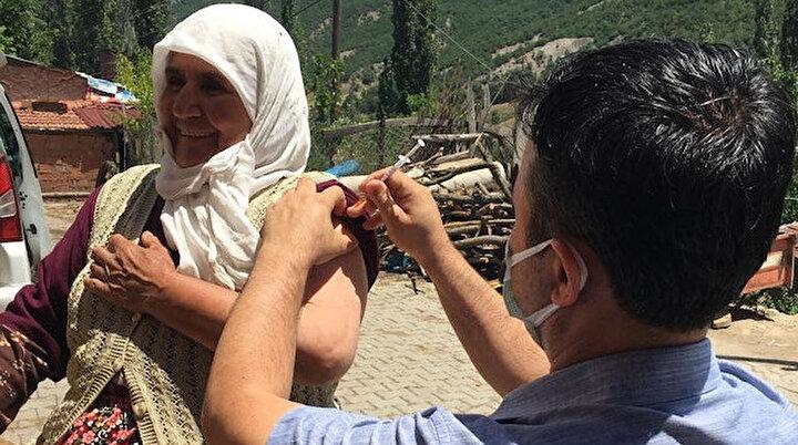Eşeğinin üstündeyken aşısı vuruldu: Köylü kadından aşı ekiplerine eşek sırtında moral şiiri