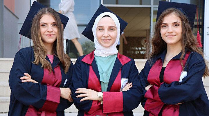 Her gören maşallah diyor: Üçüz kardeşler aynı okuldan dereceyle mezun oldu