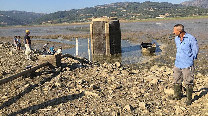 Suyun tahliye edildiği barajdanbalık ölülerini sepetlerle topladılar