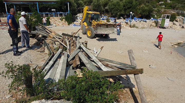 Kaşta kıyı işgaline geçit yok: Yapılar yıkıldı plaj vatandaşa ücretsiz açıldı