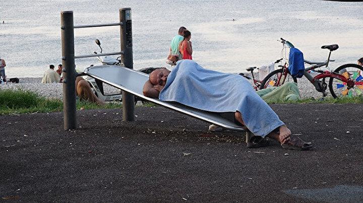 Sıcak uyutmadı: Antalyalılar Konyaaltı sahilinde sabahladı