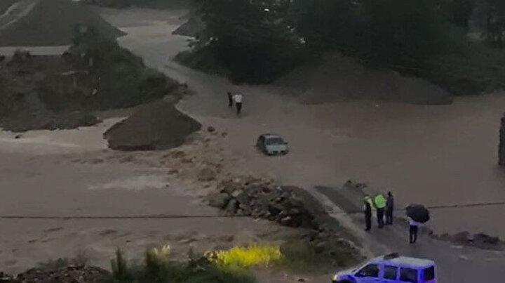 Doğu Karadeniz'de sağanak sele dönüştü 100 kişi kurtarıldı: Bir uyarı daha geldi