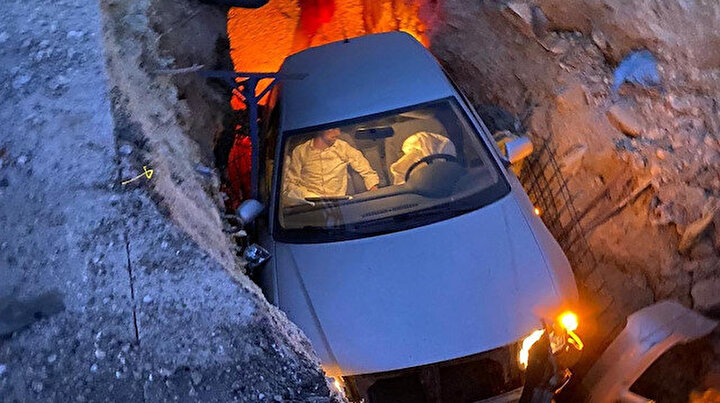 Aracıyla düz yolda giderken kabusu yaşadı: Üç metrelik çukura düştü!