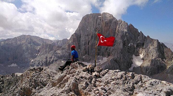 Aladağların zirvesinde 7 Türk bayrağı: Şehitler anısına dikti