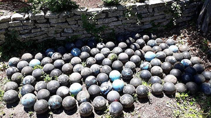 Evinin bahçesinde gömülü 160 bowling topu buldu