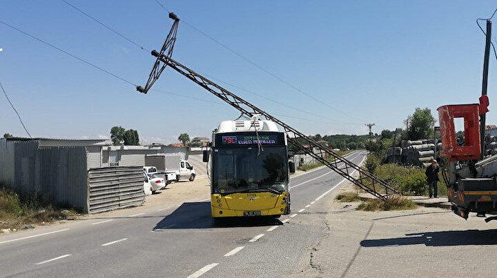 Otomobilin çarptığı direk İETT otobüsünün üstüne devrildi: Üç yaralı
