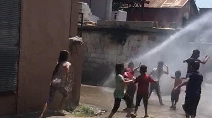Sıcaktan bunalan Adanalı çocuklar tazyikli suyla serinledi