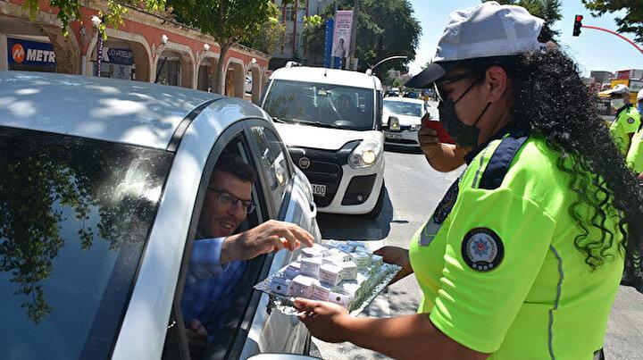 Edirne polisinden alkışlanacak hareket: Sürücülere kurabiye ve kolonya ikram ettiler