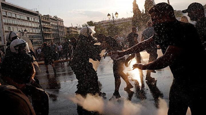 Yunanistanda aşı karşıtları sokağa indi: protestocular polisle çatıştı 5 kişi gözaltında