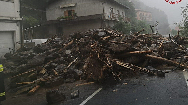 İtalya'da sel ve toprak kayması: Yollar kapandı evler sular altında kaldı