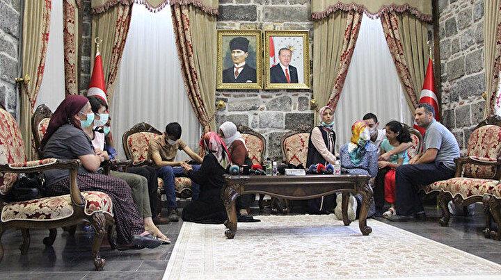 Annelerin zaferi: Diyarbakırda oturma eylemi yapan 3 aile daha evlatlarına kavuştu