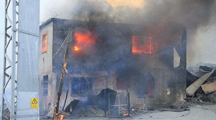 Adana'daki orman yangını hızla büyüyor: Kozanda evler alevlere teslim oldu!
