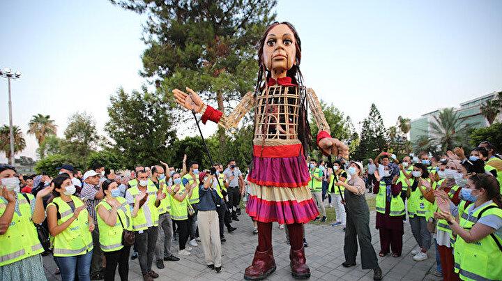 Küçük Amalın ikinci durağı Adana: Sığınmacı çocuklarla şarkılar söyledi