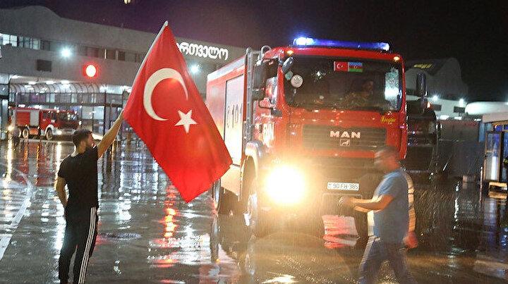 Azerbaycandan yola çıkan 54 itfaiye aracı Türkiyeye giriş yaptı