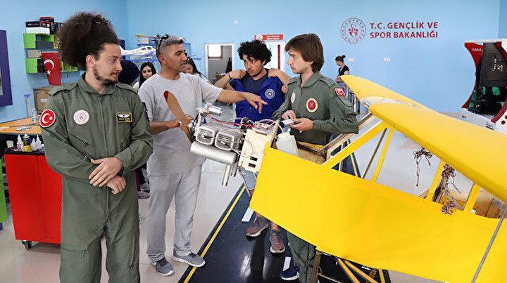 Aksarayda öğrencilerin yaptığı bu uçak Guinnessi hedefliyor: Selçuk Bayraktarı örnek alıyoruz
