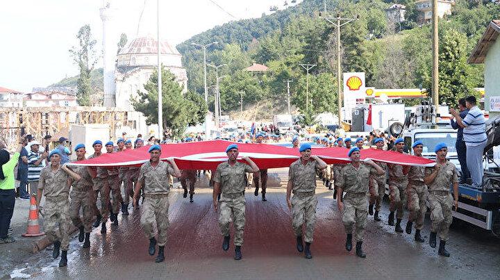Komandolar Bozkurtta: Sel bölgesinde 30 Ağustos coşkusu