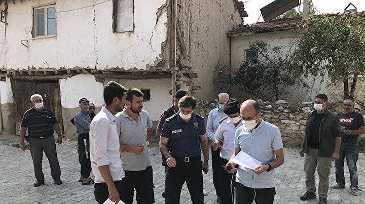 Kütahyada 5 büyüklüğündeki deprem nedeniyle bazı binalarda çatlaklar oluştu