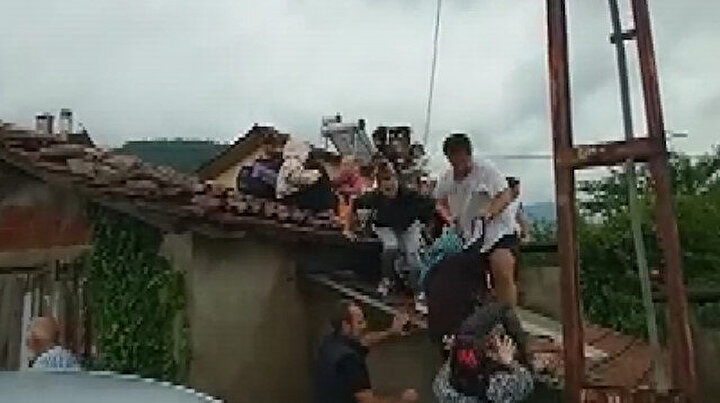 Selde mahsur kalan vatandaşların çatıya tırmanarak kurtulduğu anlar ortaya çıktı