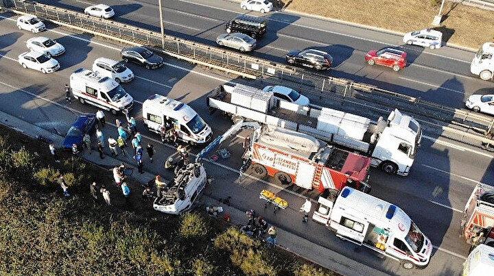 TEMde takla atan midibüs faciaya sebep oluyordu: Midibüse çarpmamak için direksiyon kıran sürücü de takla attı