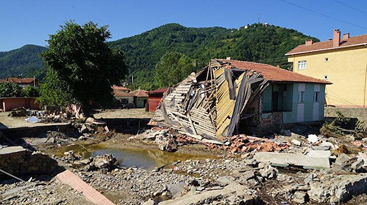 Selde yıkılan bina suların yönünü değiştirdi: 8 kişinin hayatı kurtuldu