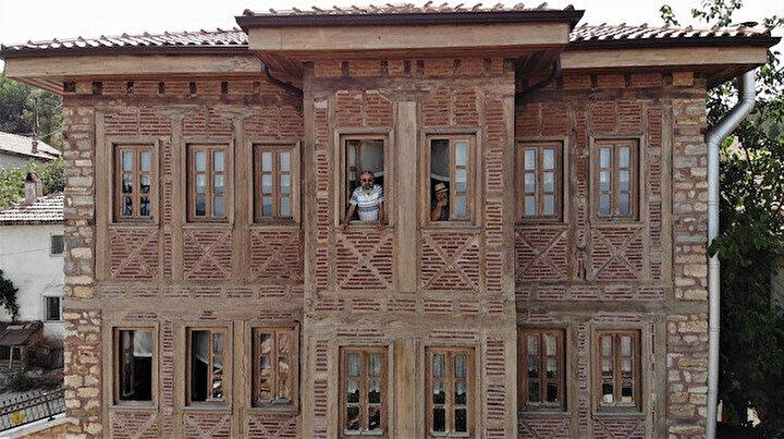 Görenler büyük şaşkınlık yaşıyor: Bu köye gelen misafirler milyonluk konakta ücretsiz kalıyor
