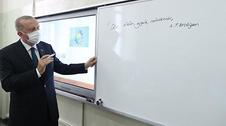 Cumhurbaşkanı Erdoğan sınıfları dolaştı tahtaya yazı yazdı: Oku, düşün, uygula, neticelendir