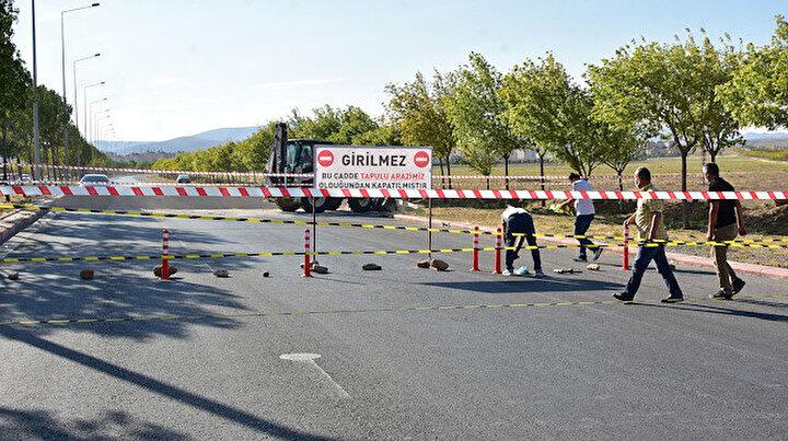 Tapulu arazimizdir tabelası asıp caddeyi ulaşıma kapattı