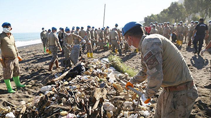 Sel felaketinin izlerini Mehmetçik sildi: Abanada sahil temizliği