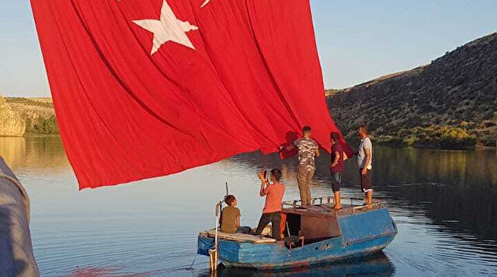 Fırat ve Göksunun birleştiği kanyona 96 metrekarelik Türk bayrağı astılar: Dalgalanması bizim için bir gurur