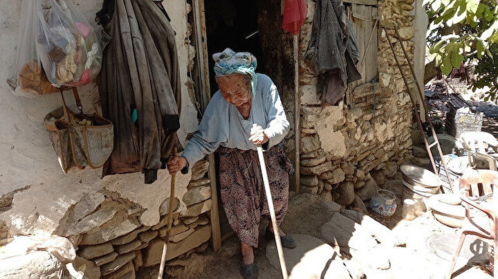 43 yıl önce ölen kocasının vasiyetini yerine getirdi: Susuz ve elektriksiz mağarada yaşıyor