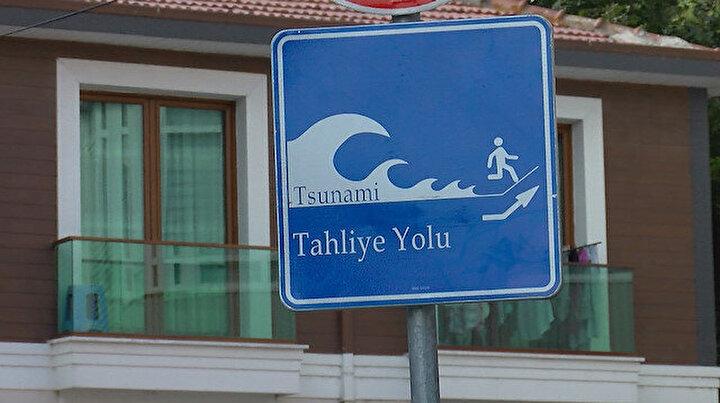 Marmara Denizi ile kıyısı olan ilçelerde sahillere asıldı: İstanbulda tsunamiden kaçış tabelaları