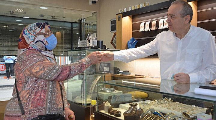 29 yıldır geleneğini bozmadı: Kapıdan ilk giren müşterilerine altın verdi