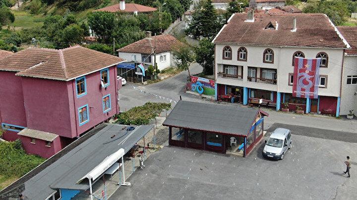 Beykozda Trabzonlu muhtar köyü bordo maviye çevirdi