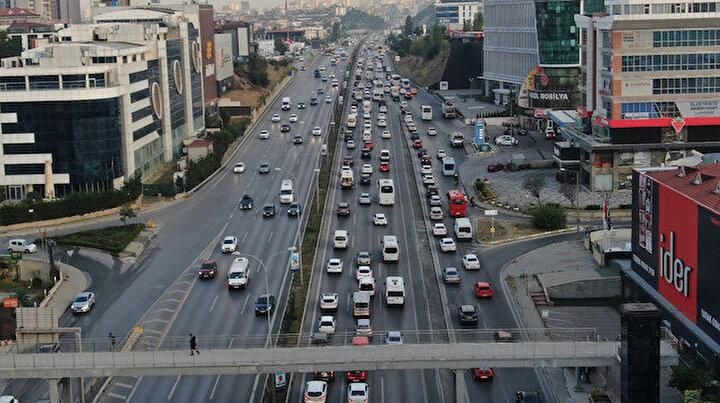 İstanbul'da sürücüler yollara döküldü: Trafik yoğunluğu yüzde 60'ı gördü