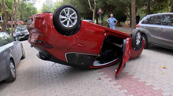 Bakırköyde ara sokakta ters dönmüş otomobil görenler gözlerine inanamadı
