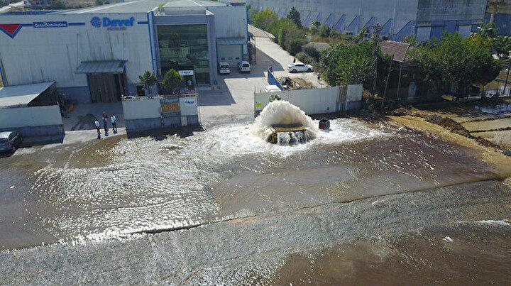 Sultanbeylide boru patladı: Cadde ve fabrika bahçesi göle döndü