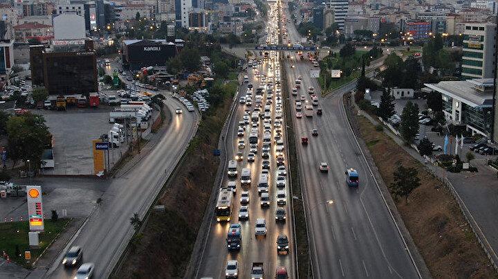 Haftanın ilk iş gününde İstanbul'da trafik çilesi: Yer yer durma noktasına geldi