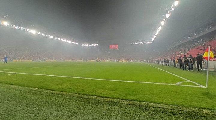 Beş katlı binada çıkan yangın Süper Ligde oynanan maçı etkiledi: Stadyumu duman bulutu kapladı