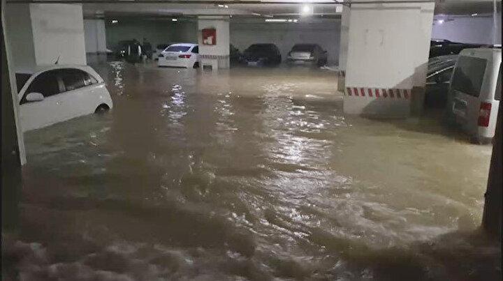 Şebeke hattı patladı otoparktaki araçlar sular içinde kaldı