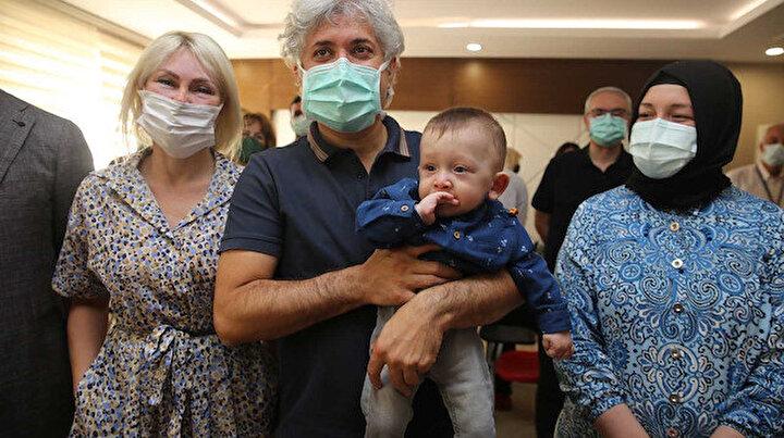 Rahim nakliyle dünyaya gelen 'Ömer Özkan' bebek nakli gerçekleştiren doktorun kucağında
