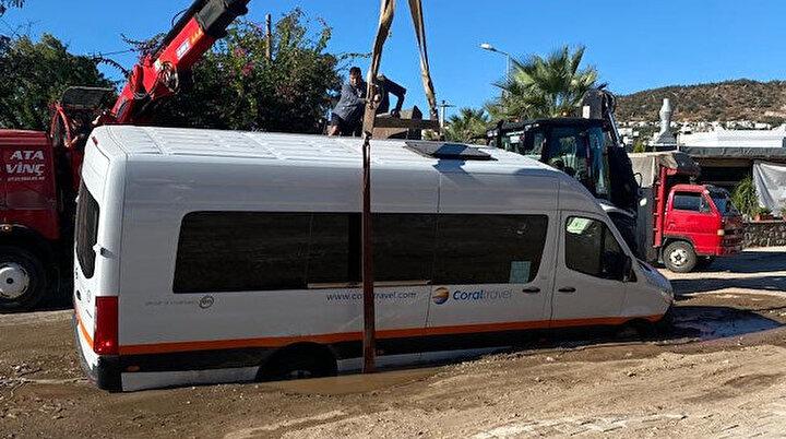 Asfalt bomba gibi patladı: Minibüs çukura düştü marketi su bastı
