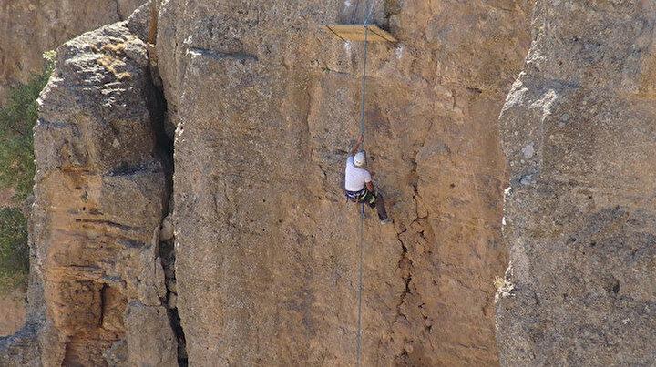 Kaya balı için tehlikeli tırmanış: Her türlü tehlikeyi göze alıyorlar