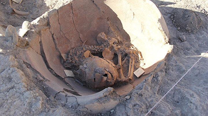 Arslantepe Höyüğü kazılarında toprak küplerde iki çocuk iskeleti bulundu